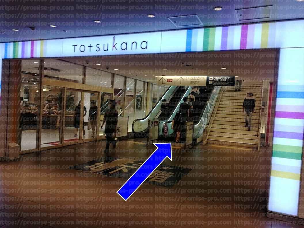 トツカーナモール入り口前エスカレーター画像