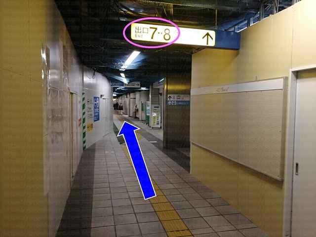 7番出口案内板の画像