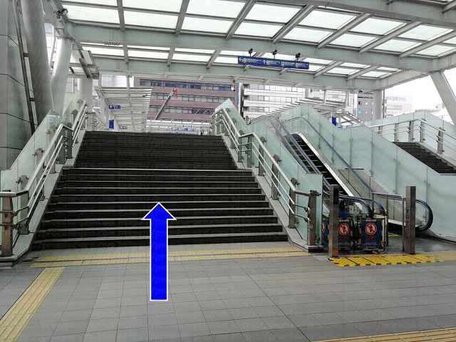 階段とエスカレーターの画像