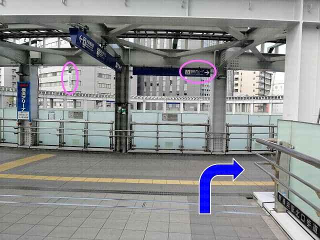 三井住友銀行の看板と案内板の画像