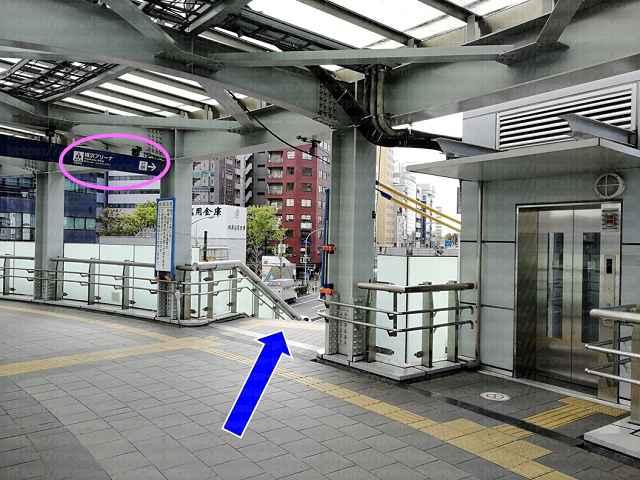 案内板とエレベータと階段の画像