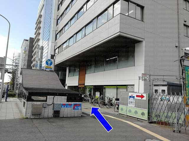 三井住友銀行とブルーライン出口の画像