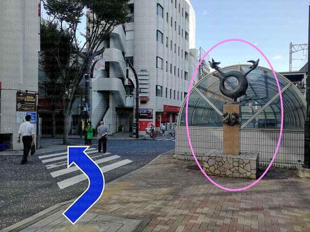 鳩の銅像と横断歩道の画像