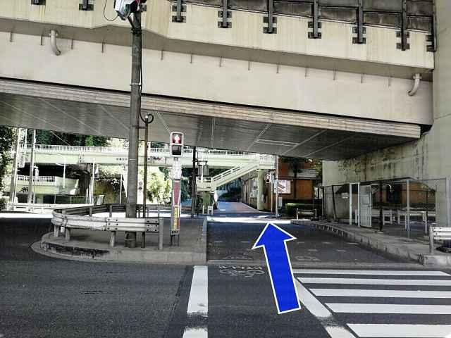 信号と横断歩道の画像