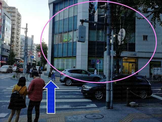 横断歩道の先に三井住友銀行の画像