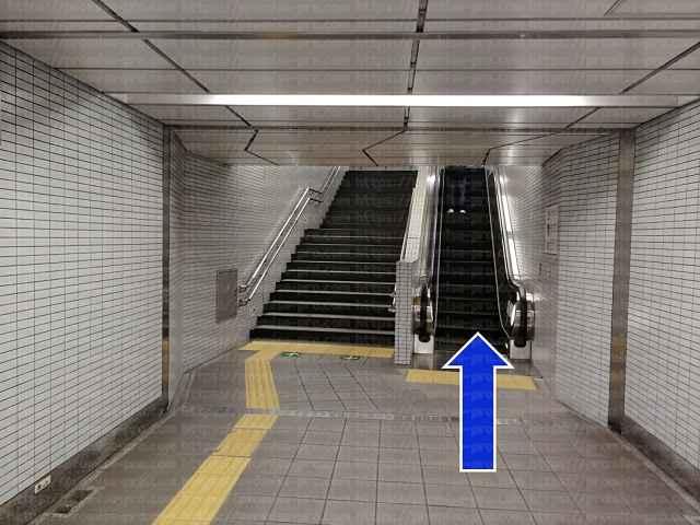 エスカレーターと階段の画像