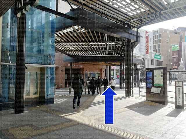 エレベーターと道の画像