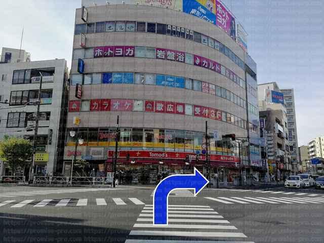 交差点を右に曲がる画像