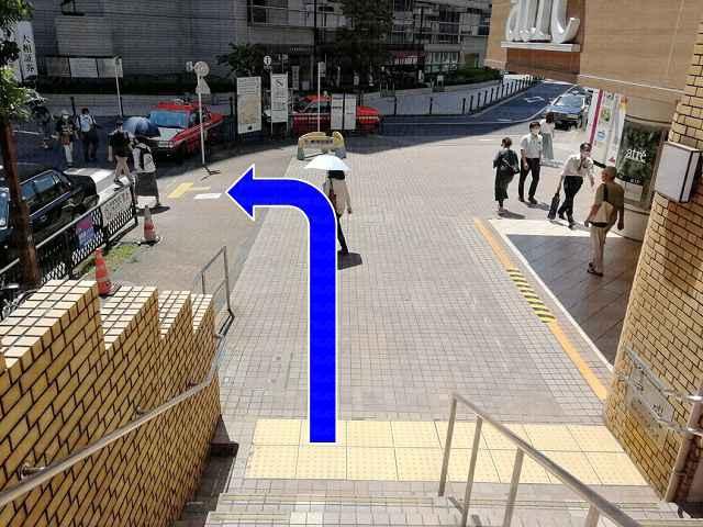 階段を下りて左に向かう画像