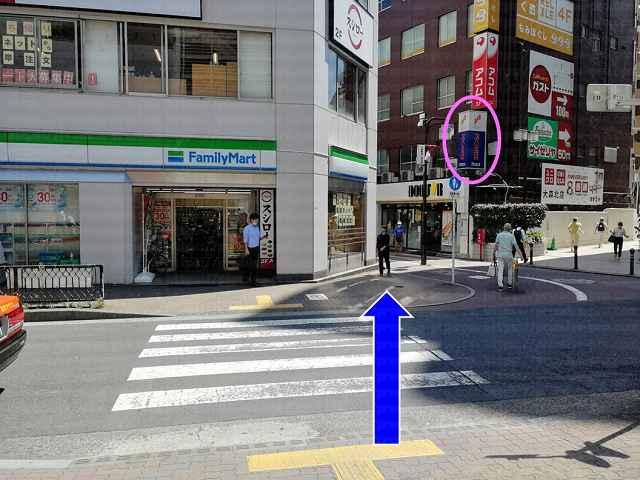 横断歩道の先にプロミス看板の画像