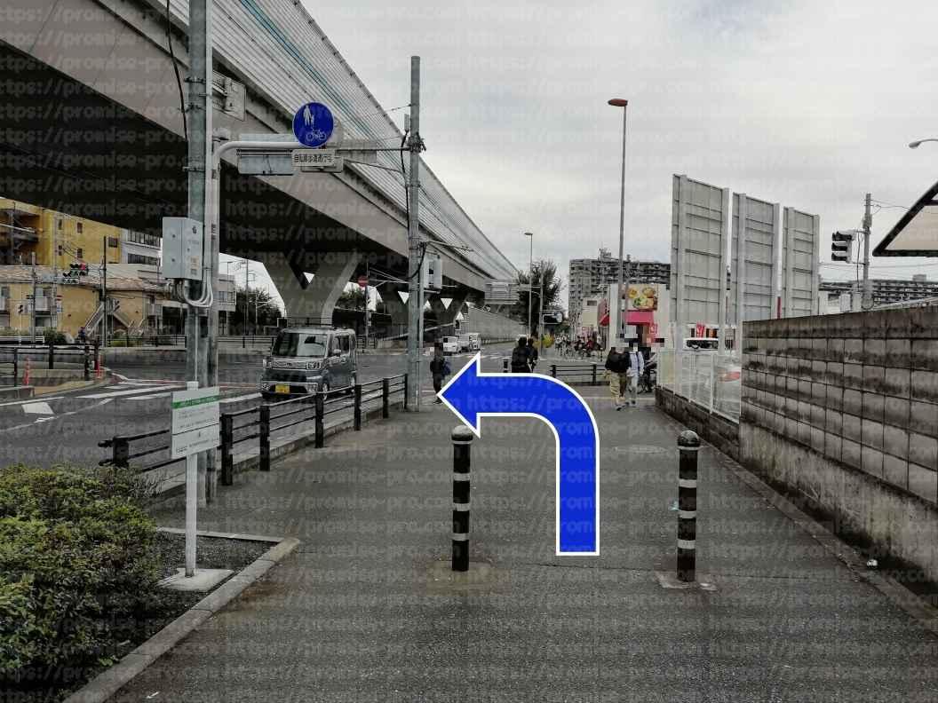 陸橋下横断歩道手前画像