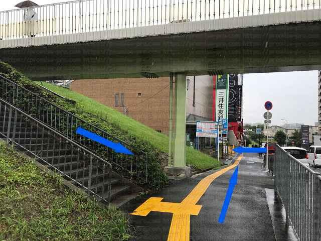 歩道橋下と階段の画像