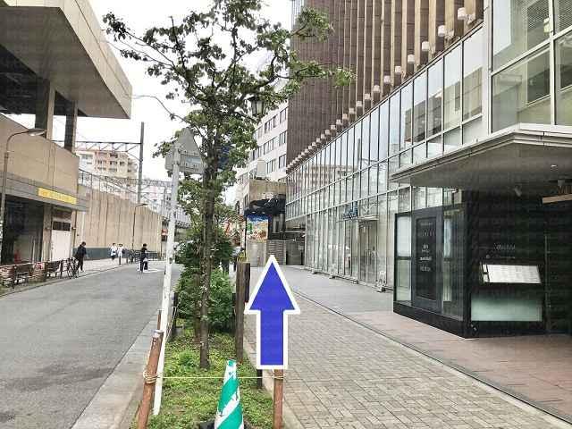 線路に沿って渋谷方面に向かう画像