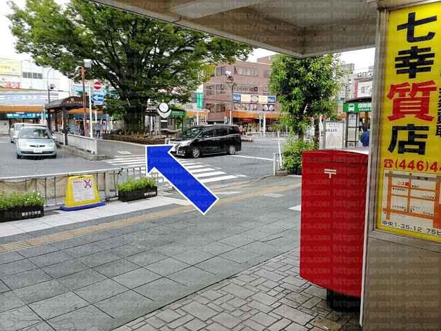 ポストと横断歩道の画像