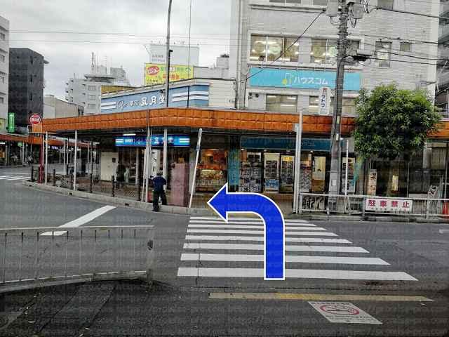 横断歩道先を左に曲がる画像