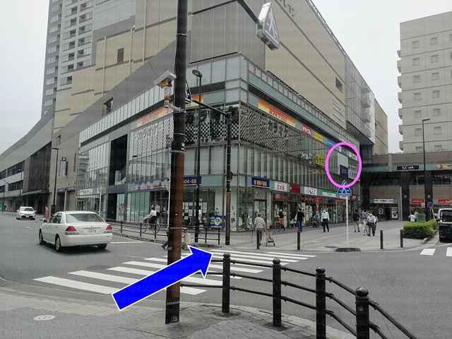 横断歩道の先にビルの画像