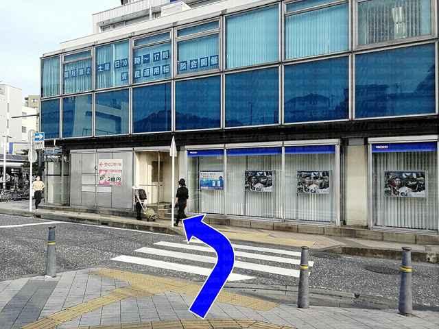 横断歩道とみずほ銀行の画像